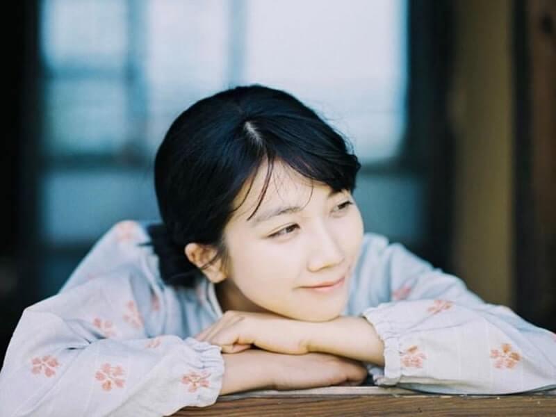 かっぽう着姿の女優・松本穂香