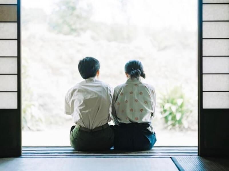 縁側で座る夫婦