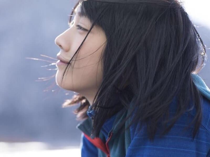 青い服を着た女優・松本穂香