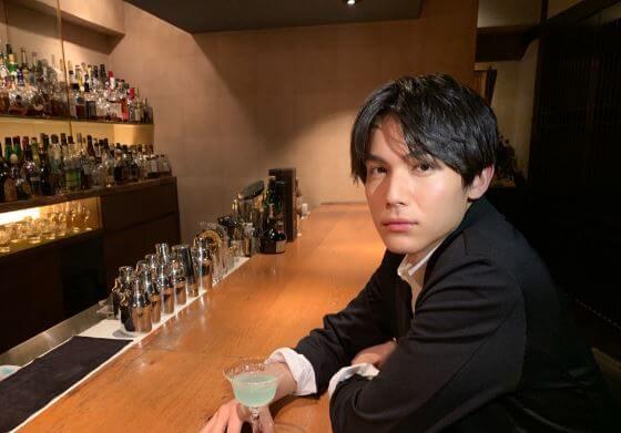 バーのカウンター席にいる俳優・中川大志