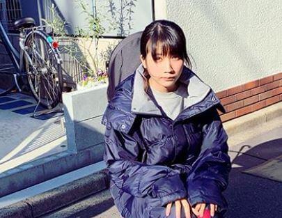 道路端で座る女優・松本穂香