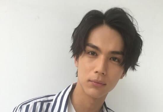 ストライプ柄のシャツを着た俳優・中川大志