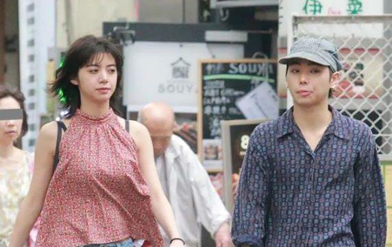 一緒に外出する池田エライザと村上虹郎
