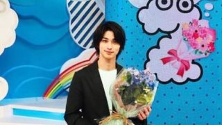 花束を持つアーティスト・米津玄師