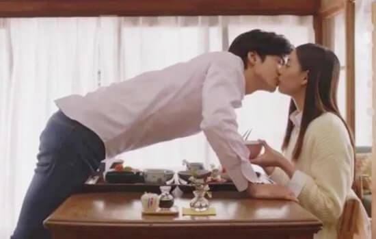 食卓でキスをする新婚夫婦