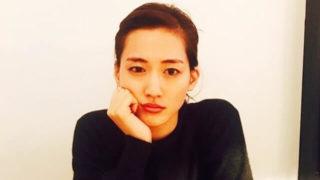 手に顎を置く女優・綾瀬はるか
