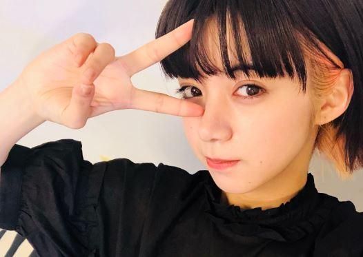 目の前でピースする女優・池田エライザ