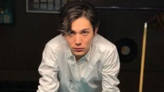 ビリヤード台に手を置く俳優・中川大志