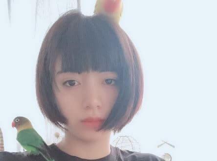 鳥のインテリアを肩と頭に乗せる女優・池田エライザ