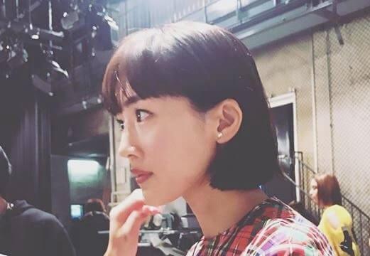 撮影現場でメイクを施される女優・綾瀬はるか