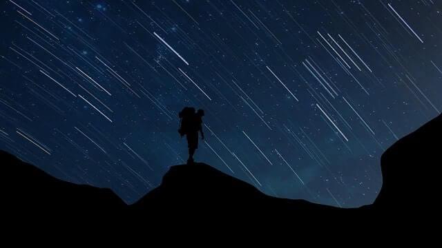 流れ星を見る旅人
