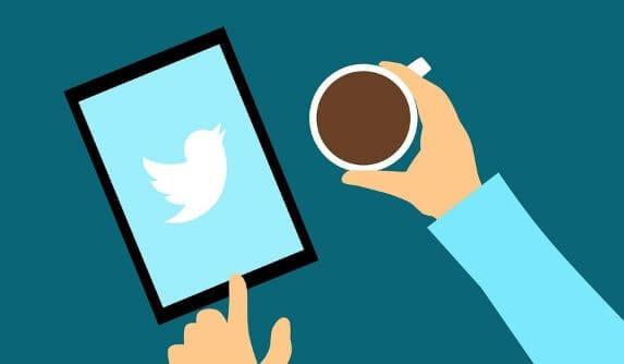 コーヒーを飲みながらTwitterを起動するイラスト