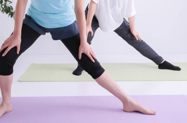 伸脚運動をする2人の女性