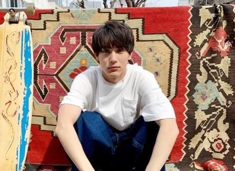 絨毯に囲まれて座る俳優・中川大志