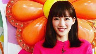 ピンク色の服を着る女優・綾瀬はるか