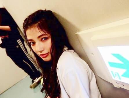 壁によりかかる女優・石井杏奈