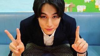 手で2と1を作る俳優・中川大志