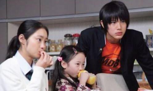 食卓にいる3人の子ども