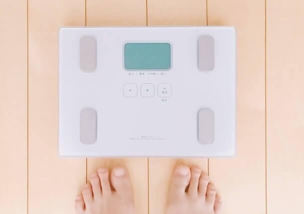 体重計に乗ろうとしている人