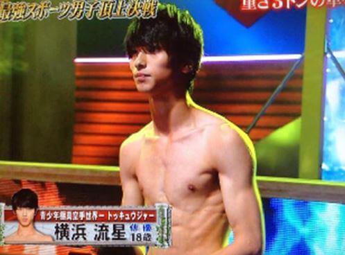 上半身裸の俳優・横浜流星