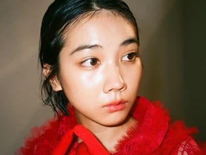 赤い服を着る女優・松本穂香
