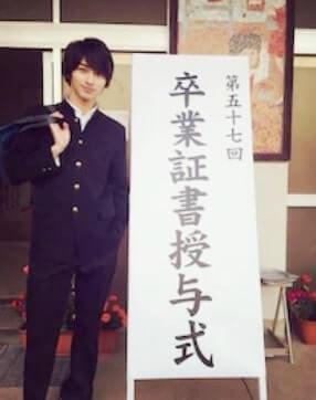 中学校の卒業式に出る俳優・横浜流星