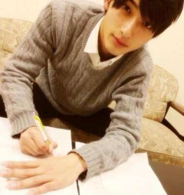 ソファに座って勉強中の俳優・横浜流星