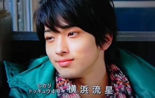 ブルーのシャツを羽織った俳優・横浜流星