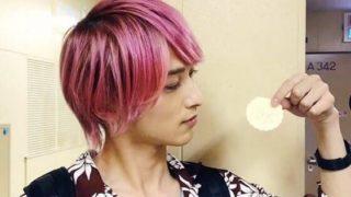 煎餅を持つ俳優・横浜流星