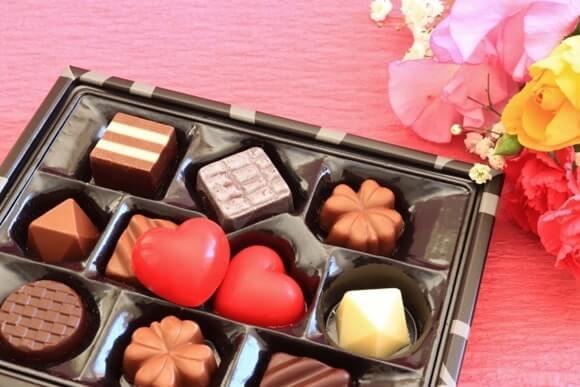花が添えられたバレンタインチョコレート