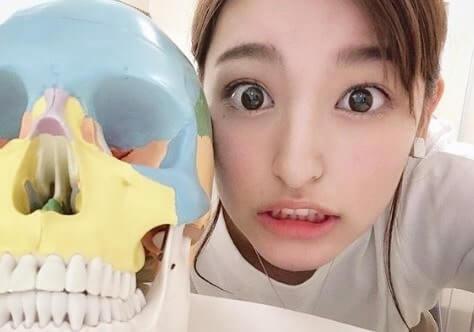 骸骨の模型を横に置く女優・森高愛