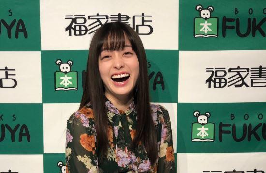 口を大きく開けて笑う女優・橋本環奈
