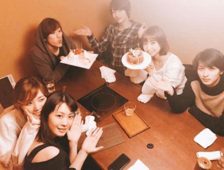 テーブル席で食事をする6人の男女