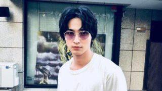 サングラスを掛ける俳優・横浜流星