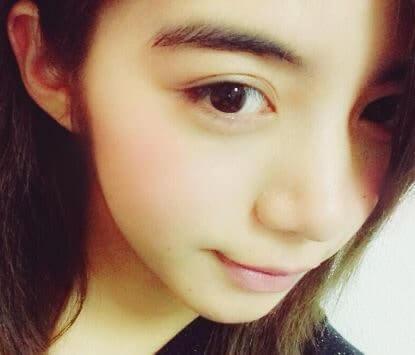 斜め横を向いた女優・池田エライザ