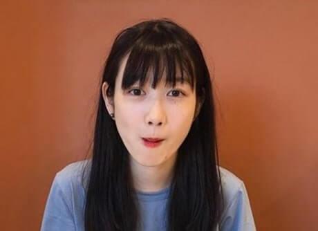 水色の服を着たモデル・岡本夏美