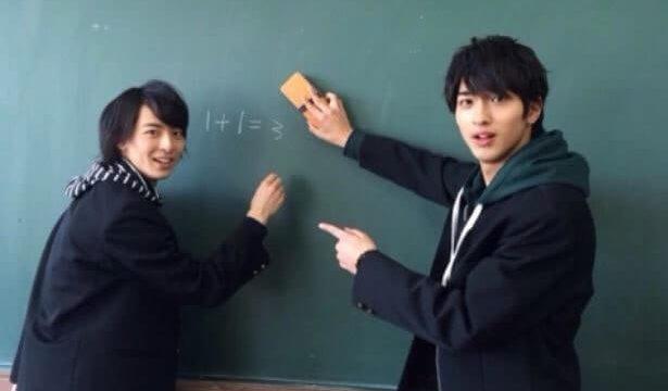 学校の黒板を使う俳優・横浜流星と高杉真宙