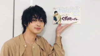 入口の前に立つ俳優・横浜流星