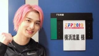 楽屋の前にいる俳優・横浜流星
