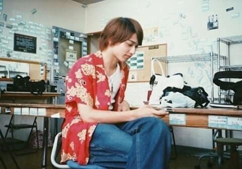 椅子に脚を組んで座る俳優・横浜流星