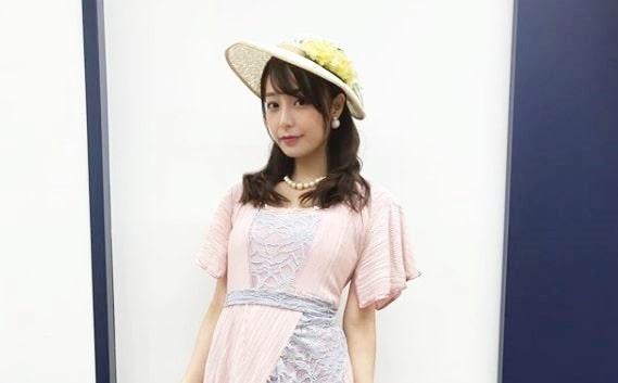 白い帽子をかぶるフリーアナウンサー・宇垣美里