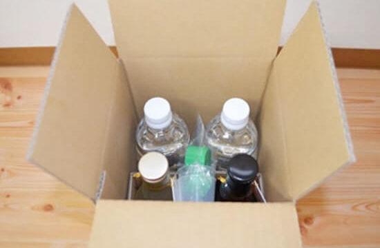 ダンボールの中にペットボトル2本と瓶2本が入っている