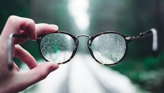 雨の中、眼鏡を外す