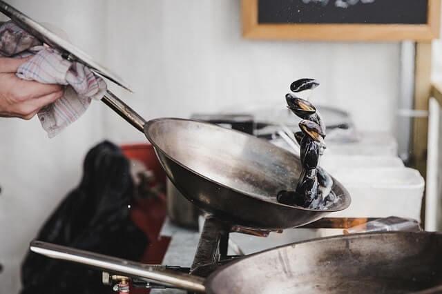 フライパンで調理をしている
