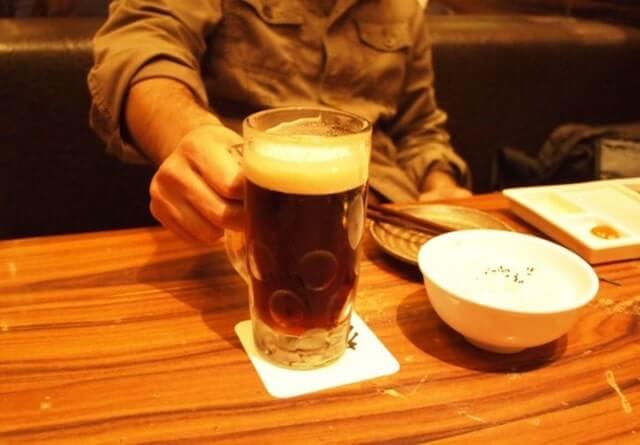 ビールを持っている男性
