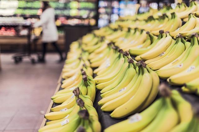 店頭に並ぶバナナ
