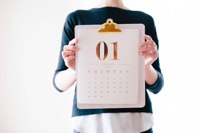 カレンダーを持っている女性